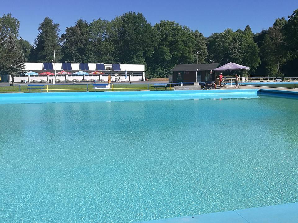 Schwimmbecken-Blick-von-Liegewiese